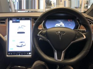 Tesla model X 運転席
